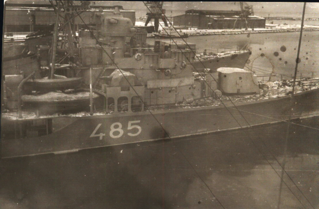 ЭМ Степенный Б 485, за ним Смотрящий в военной гавани Лиепаи 1977г..jpg