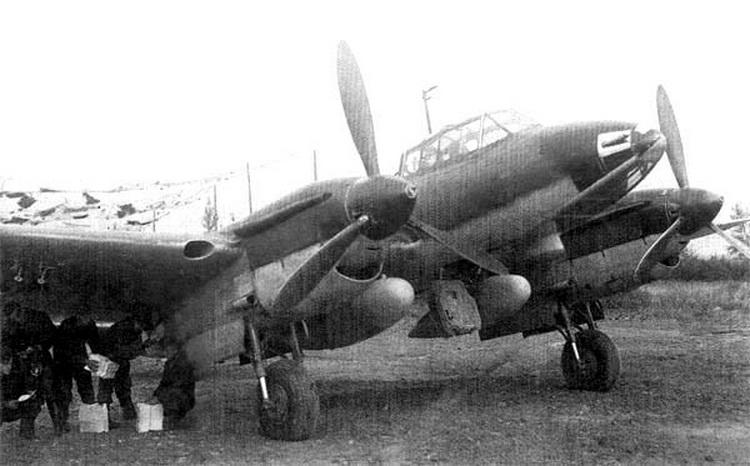 Пе-2Р с листовками и газетами в мотогондольных бомбоотсеках.jpg