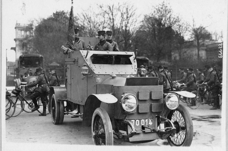 3-Parijs-ACM-pantserwagen-en-cyclisten_resize.jpg