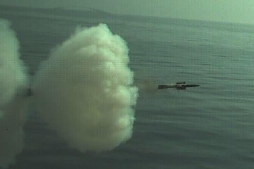 Выстрел 76-мм корректируемым снарядом DART корабельного комплекса артиллерийского управляемого вооружения Oto Melara Strales Davide.jpg