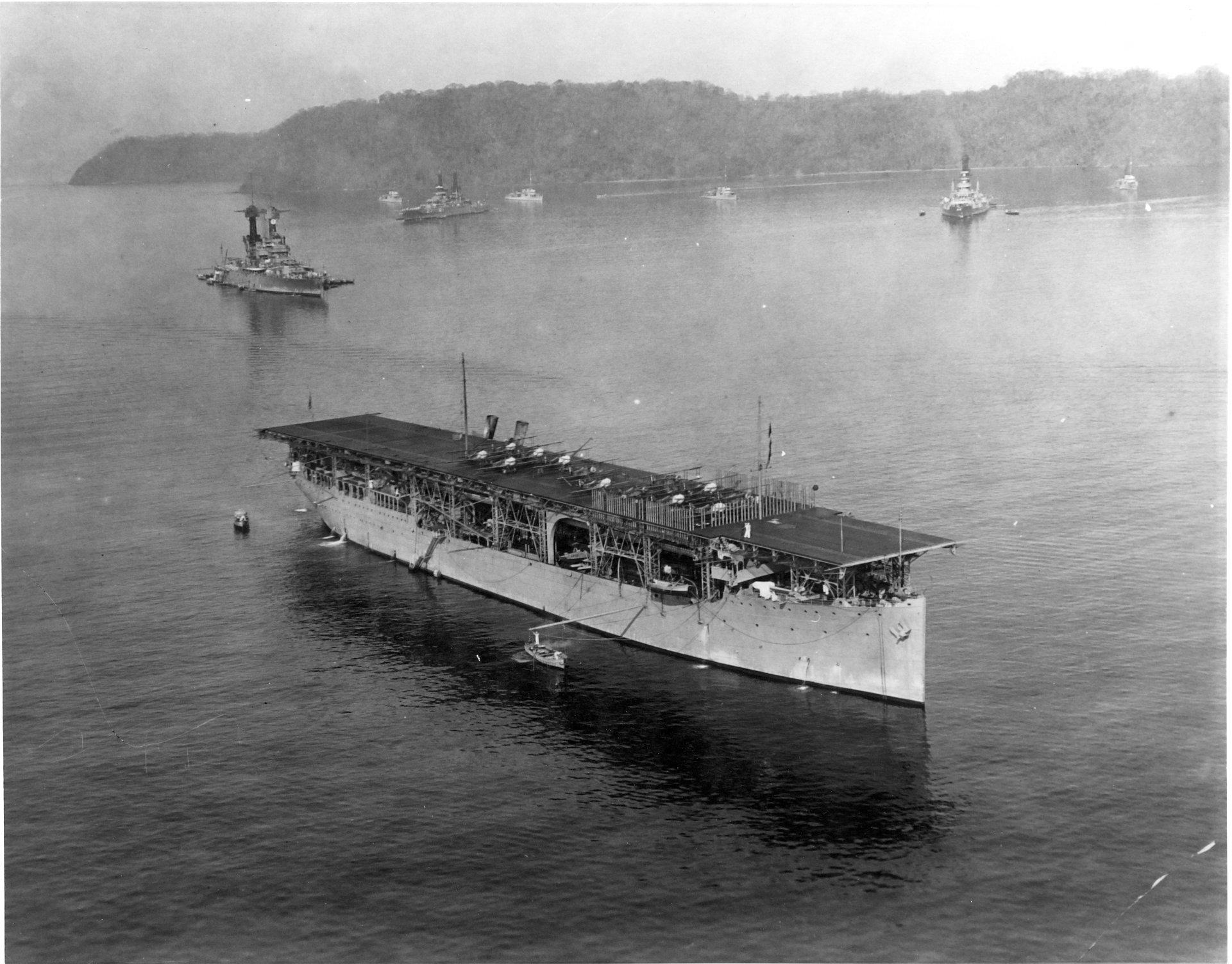 USS_Langley_CV-1_with_battlesips_1923.jpg